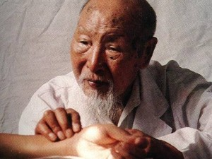 http://zdorovnavek.ru/wp-content/uploads/2012/09/traditional-chinese-medicine-practitioner-300x225.jpg
